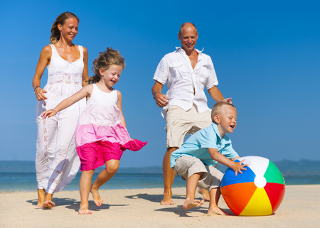 vacanza al mare: Famiglia che gioca palla sulla spiaggia. Archivio Fotografico