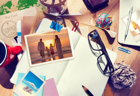 Escritorio con fotografías de verano y Notebook Foto de archivo - 34401491