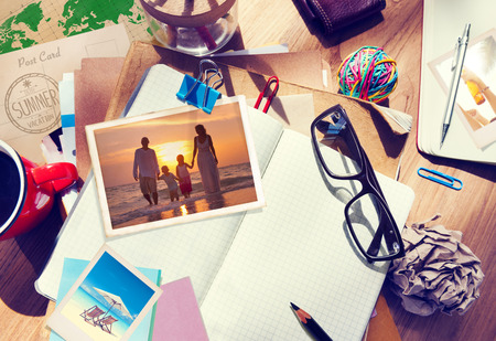 Psací stůl s letními Fotografie a notebooku