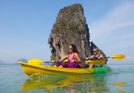 ocean kayak: Joven pareja en kayak de mar.