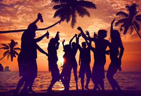 playas tropicales: Siluetas de personas diversas multi�tnicos Partying