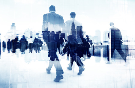 personas caminando: Imagen abstracta de la gente de negocios caminando por la calle