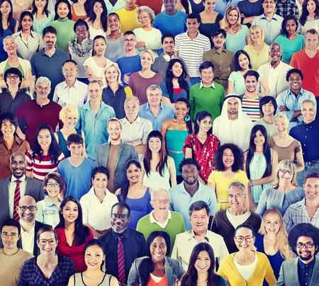 menschenmenge: Multiethnische Gruppe von Menschen mit bunten Outfit