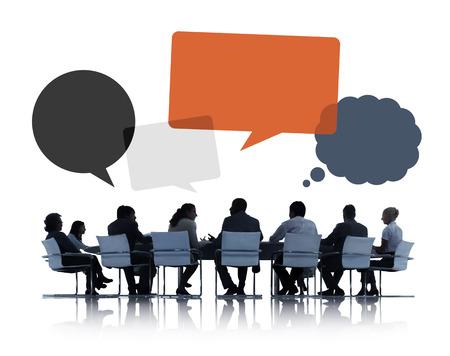 ejercicios: Siluetas de hombres de negocios que discuten el trabajo en equipo