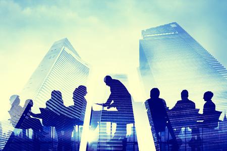 비즈니스 사람들의 실루엣 그룹 회의 개념