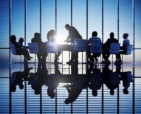 silueta humana: Siluetas de personas de negocios en una sala de conferencias.
