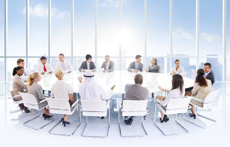 circulo de personas: Grupo de hombres de negocios reunidos en la ciudad