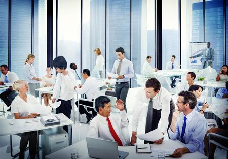 Diverse mensen uit het bedrijfsleven werken in het kantoor