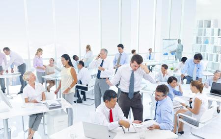 trabajo en la oficina: Grupo de hombres de negocios reuni�n en la oficina