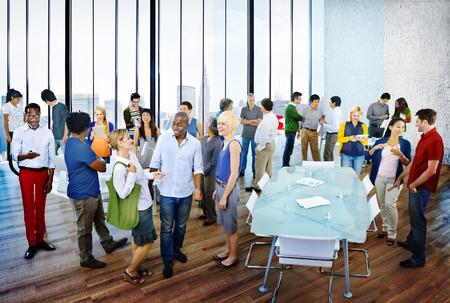 meeting people: Grupo multi�tnico de la gente de reuniones en la oficina Foto de archivo