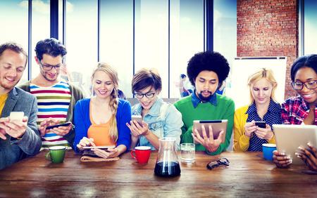 다양한 사람들이 디지털 장치 무선 통신 개념
