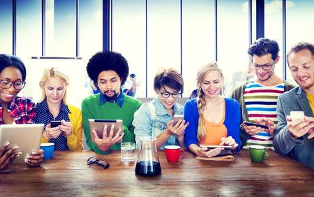 多様な人々 のデジタル デバイスの無線通信の概念 写真素材 - 35328294