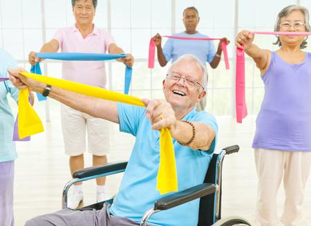 sillas de ruedas: Grupo de personas sanas en el gimnasio