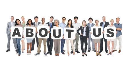 gestion empresarial: Grupo de Grupo multiétnico de hombres de negocios sosteniendo pancartas Formando Quiénes somos