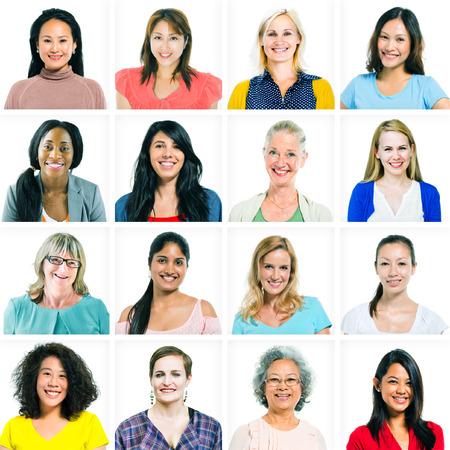 femmes souriantes: Headshots des femmes et des Diverse Women Seulement Banque d'images
