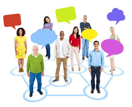 명랑 multi-Ethnic 그룹 위에 다른 멀티 컬러 연설 거품을 연결하는 서클에서 개별적으로 서있는 사람들. 스톡 콘텐츠 - 35330378