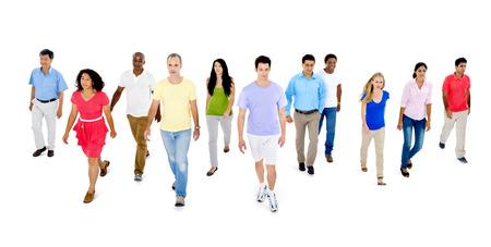 concept de progrès - groupe de personnes marchant en l & # 39 ; avant