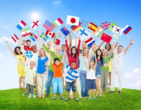 世界の国旗を保持している多民族の人々