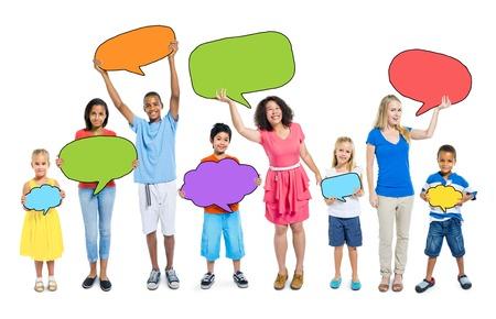 niÑos hablando: Grupo multiétnico de personas con burbujas de discurso