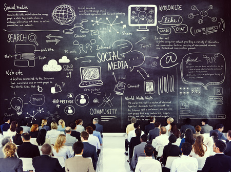 medios de comunicaci�n social: Hombres de negocios diversos de aprendizaje sobre Social Media Foto de archivo