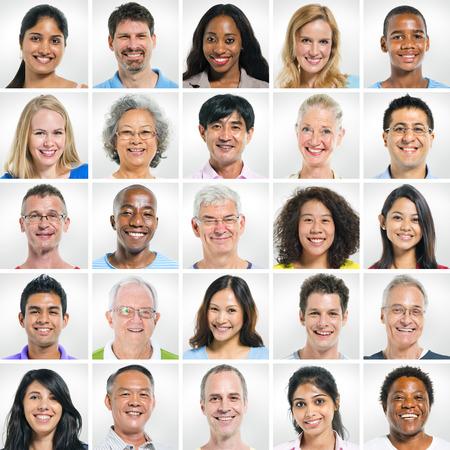 caras de emociones: Grupo de personas sonrientes