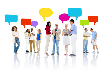 Mullti-etnische groep van mensen praten en het gebruik van communicatie-apparaat