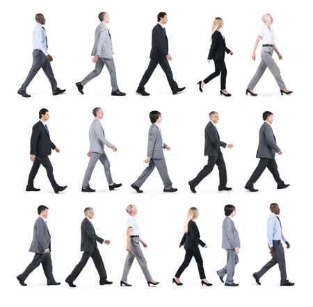 Groep van mensen uit het bedrijfsleven lopen in één richting