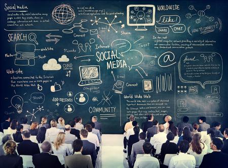 medios de informaci�n: Hombres de negocios diversos de aprendizaje sobre Social Media Foto de archivo
