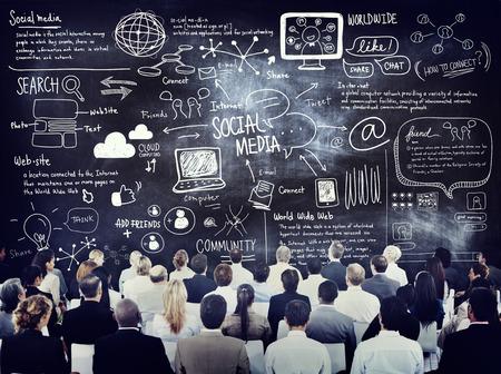 medios de comunicaci�n social: Grupo de hombres de negocios Aprender sobre Social Media