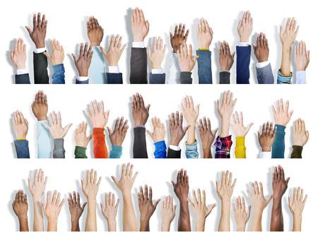 manos levantadas: Grupo multi�tnico de las manos levantadas Foto de archivo