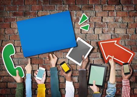 デジタル デバイスを保持している手のグループ 写真素材