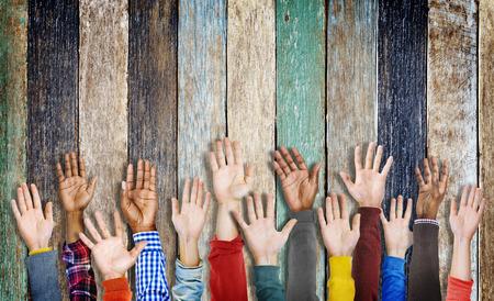 manos levantadas: Grupo de Manos diversas Criado Foto de archivo