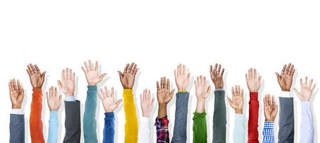 manos levantadas: Grupo de manos coloridas Diversas Criado