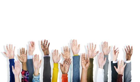 Gruppe der multiethnischen Diverse erhobenen Händen