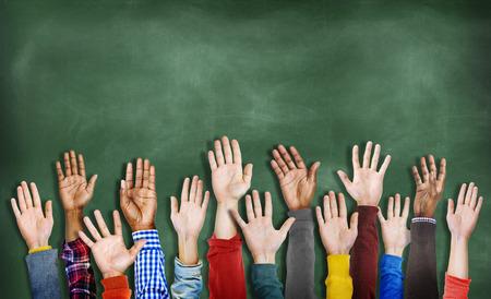 salle de classe: Groupe des mains diverses multiethniques Raised Banque d'images