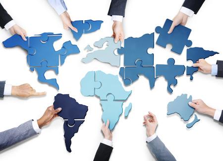 alrededor del mundo: Grupo de hombres de negocios con Jigsaw Puzzle Formando en Mapa del Mundo