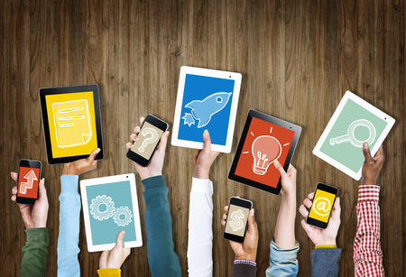 tecnologia: Grupo de Mãos Dadas dispositivos digitais com Símbolos Imagens