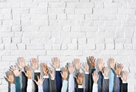 manos levantadas: Grupo de manos diverso de Gente Negocios Criado