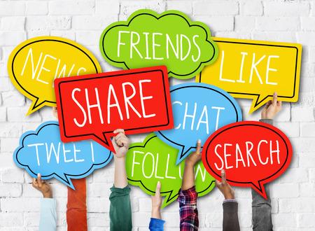 medios de informaci�n: Diverse Manos que sostienen Speech Bubbles Medios de Comunicaci�n Social Concepto Foto de archivo
