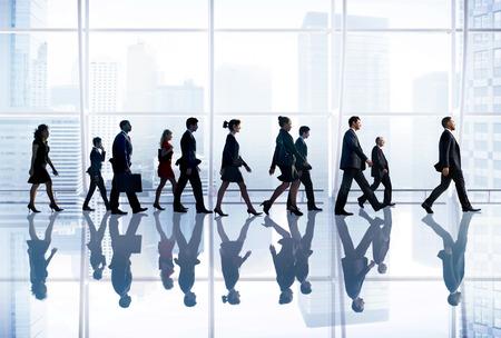 personas caminando: Gente de negocios Corporate Ruta Viajes Oficina Concepto