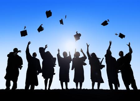Grupo de Estudiantes Internacionales diversos que celebran la graduación