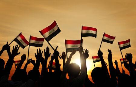 personas saludando: Siluetas de personas que ondeaban la bandera de Irak