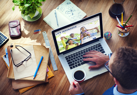 planificacion familiar: Hombre que trabaja con el seguro de vida del ordenador
