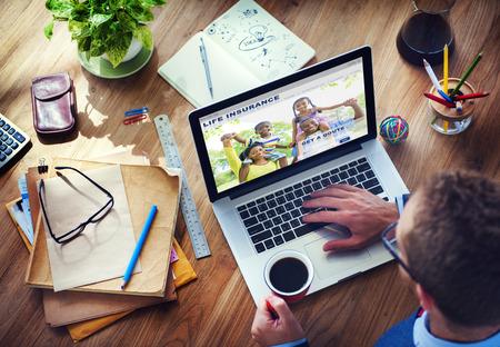 person computer: Man Arbeiten mit Computer-Lebensversicherung Lizenzfreie Bilder