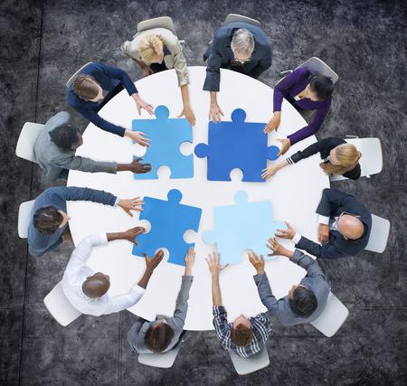 reunion de trabajo: La gente de negocios y Jigsaw Puzzle Pieces