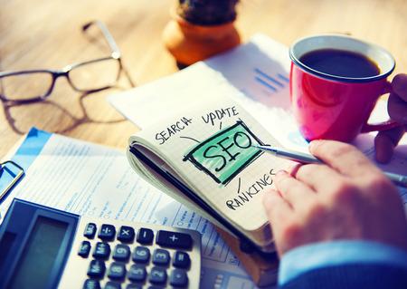 Zakenman SEO Marketing Strategy Working Concept Stockfoto