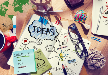 comunicación: Escritorio del diseñador con las herramientas de arquitectura y Notebook