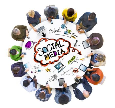 ソーシャル メディアを議論する人々 のグループ
