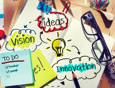 아이디어와 비전와 지저분한 사무실 책상