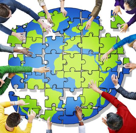 Mensen met een puzzel vormen Globe in Foto en Illustratie Stockfoto